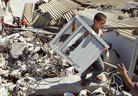 Na foto: eu, com 11 ou 12 anos, coletando tesouros entre escombros